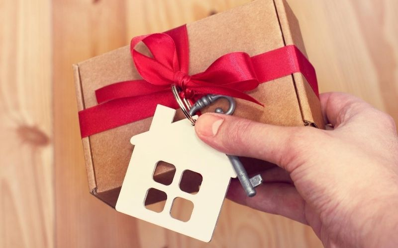 Buying housewarming gifts